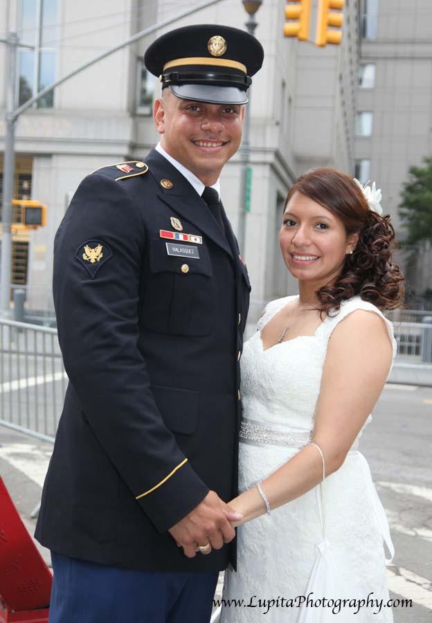 Hermosa pareja en el dia de su boda. Manhattan, Ciudad de Nueva York.