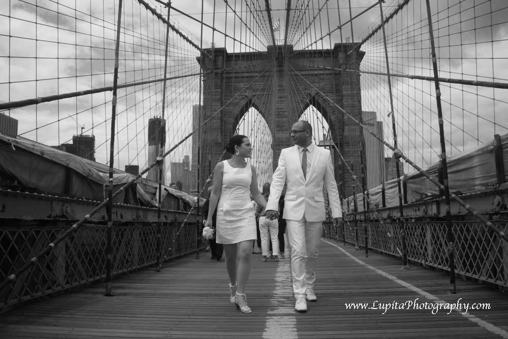 Pareja de España se casó en la Ciudad de Nueva York.  Pareja caminando en el Puente de Brooklyn.
