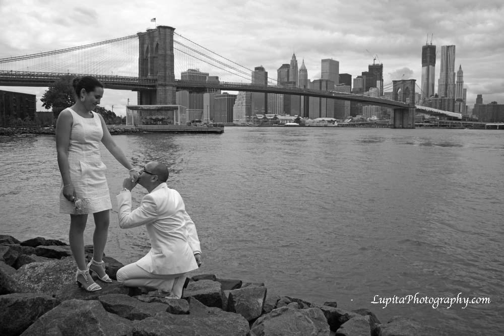 Hermosa pareja de España se casó en la Ciudad de Nueva York.  Pareja en el Parque del Puente de Brooklyn.
