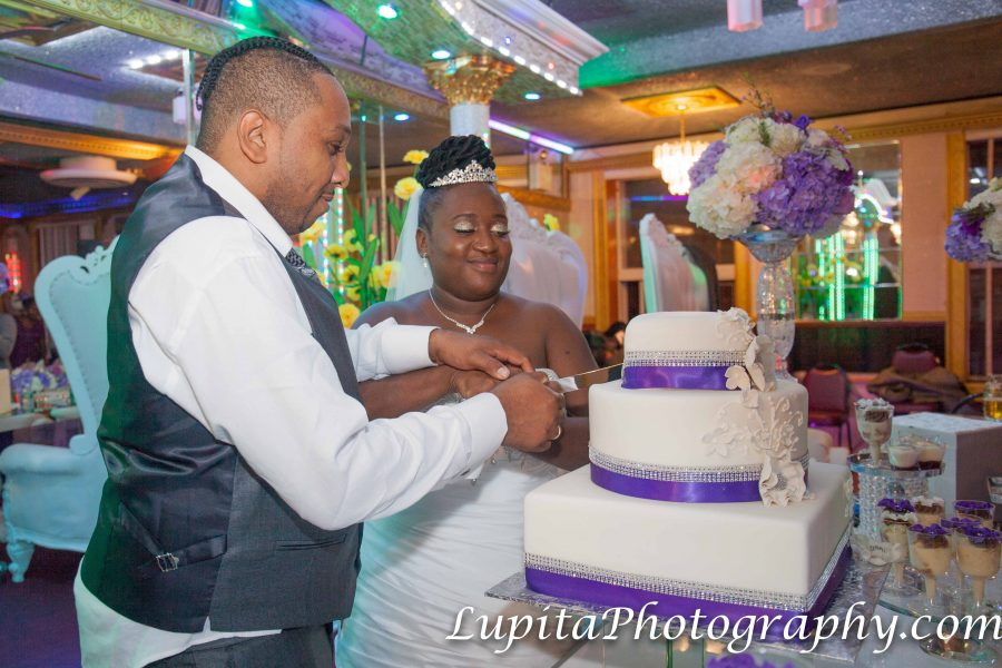 Couple cutting the cake. Pareja cortando el pastel.