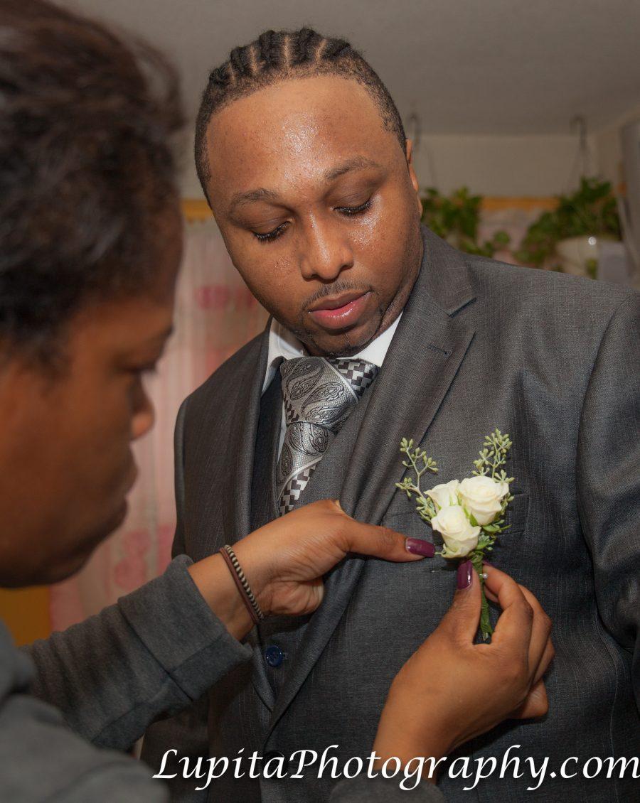 Handsome groom getting ready for his wedding. Novio guapo preparándose para su boda.