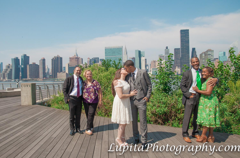New York City - Parents of the bride and parents of the groom celebrating the love of the newly-wed couple. Ciudad de Nueva York - Padre y madre de la novia y padre y madre del novio celebrando el amor de la pareja recién casada.