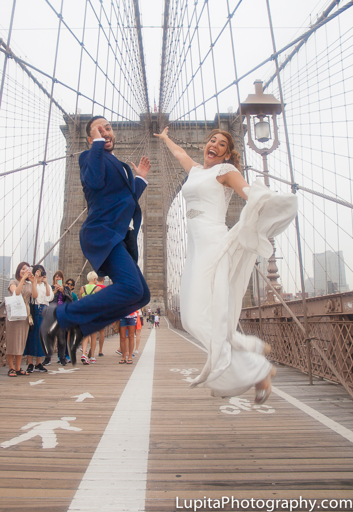 Couple from Spain. Brooklyn Bridge. NYC - Pareja de España. Puente de Brooklyn. Ciudad de Nueva York.