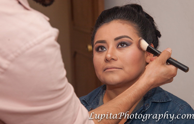 Maquillando a la novia para celebrar su día especial.  Making up the bride to celebrate her special day.