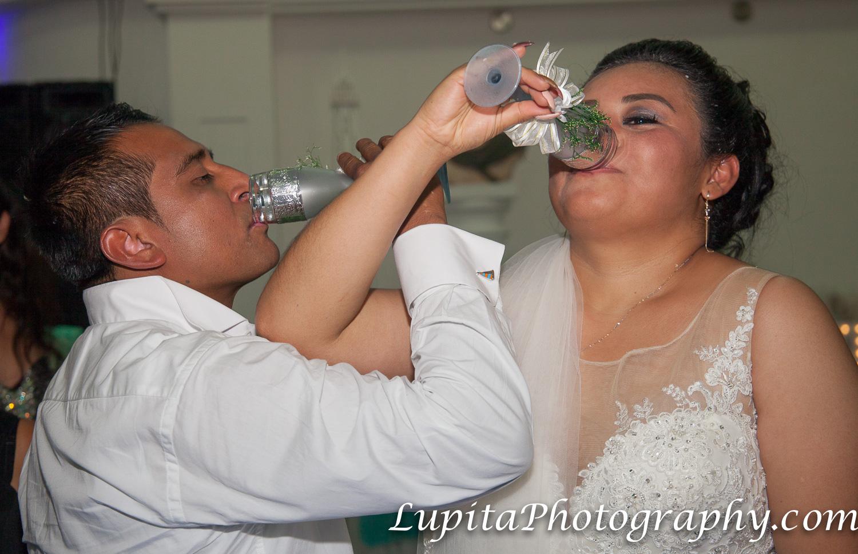 Estado de México, México - La pareja haciendo el brindis. The couple having the toast.