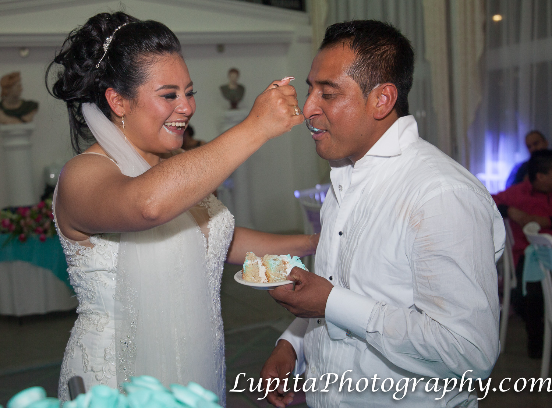 Estado de México, México - La novia dando de comer pastel al novio. The bride feeding cake to the groom.