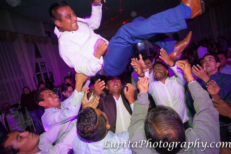 Estado de México, México -  Hombres aventando al novio hacia arriba. ¡Fue muy divertido! Men throwing the groom up. It was so much fun!