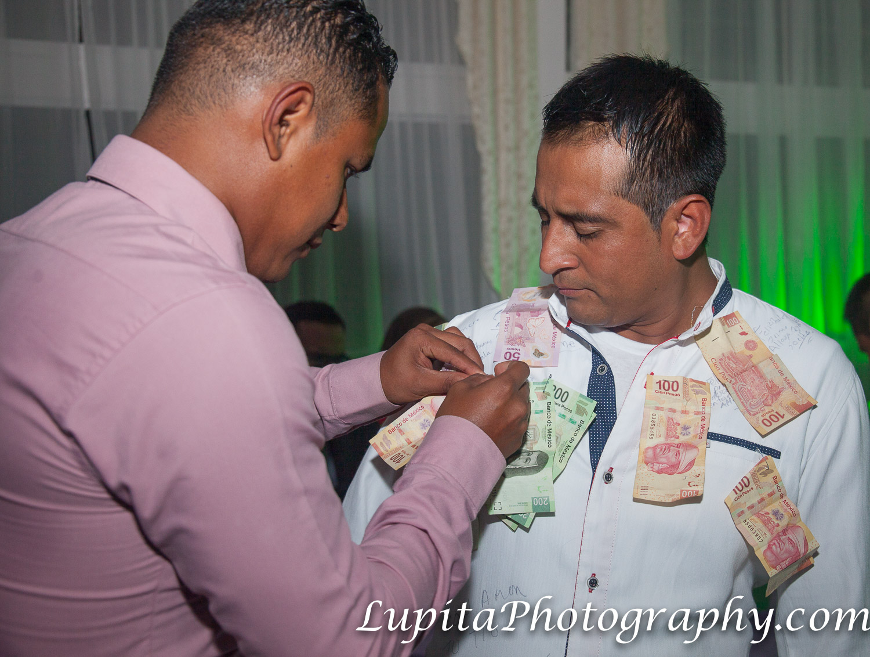 Estado de México, México - Hombres dando dinero al novio.  Men giving money to the groom.