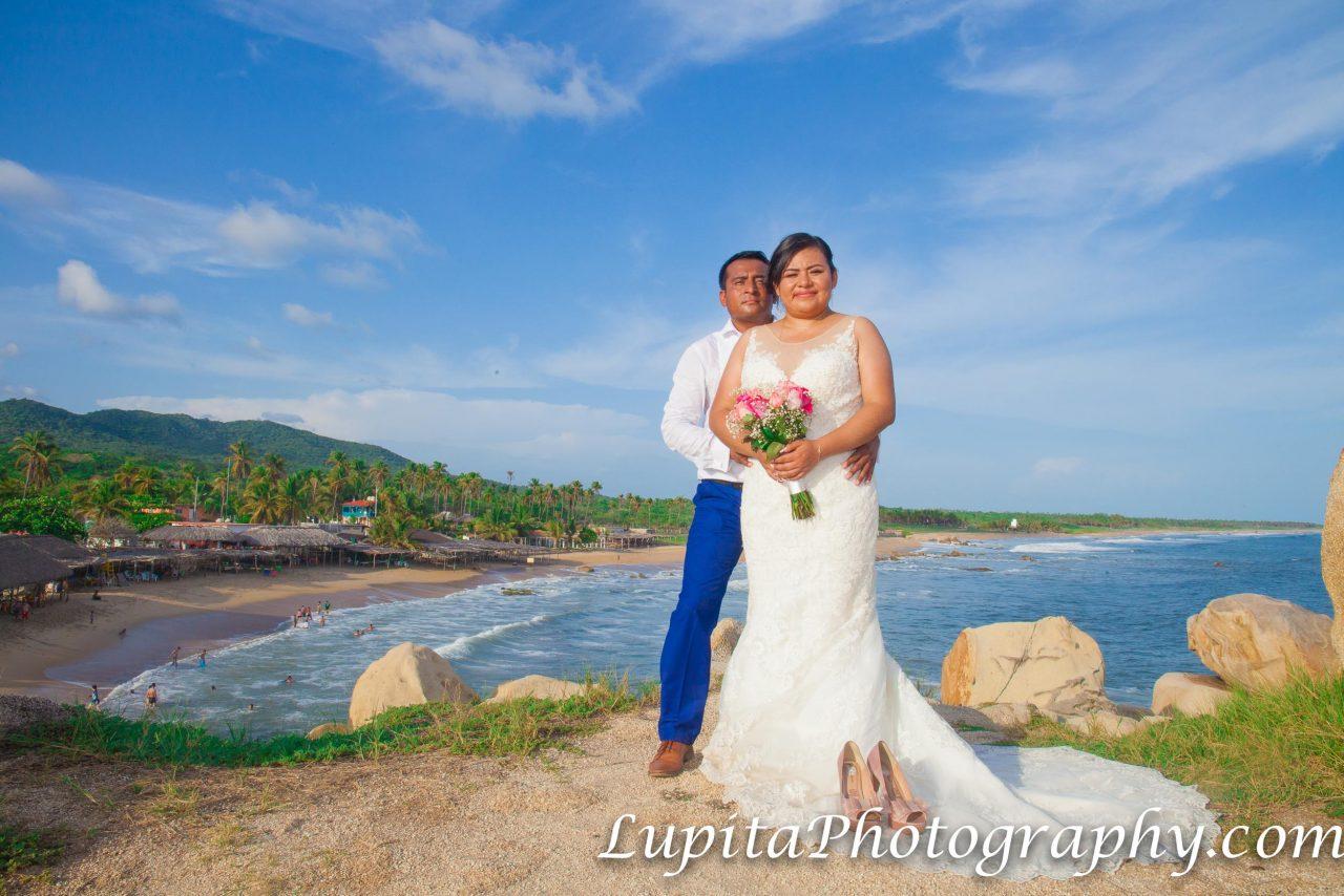 Playa Ventura, Copala. Estado de Guerrero, México - Pareja celebrando su luna de miel. Couple celebrating their honey moon.
