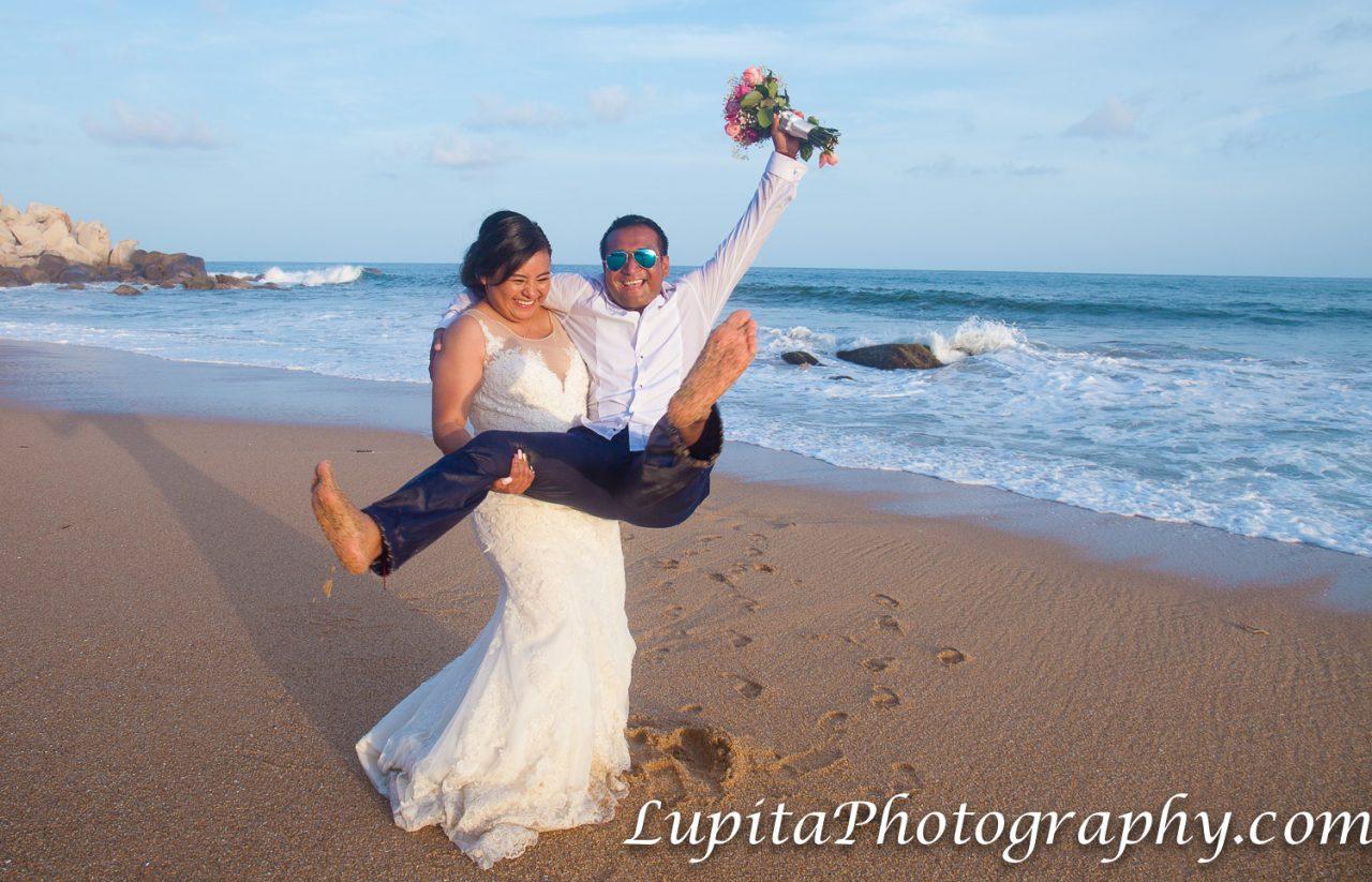 Playa Ventura, Copala. Estado de Guerrero, México - Pareja cebrando su luna de miel. Couple celebrating their honey moon.