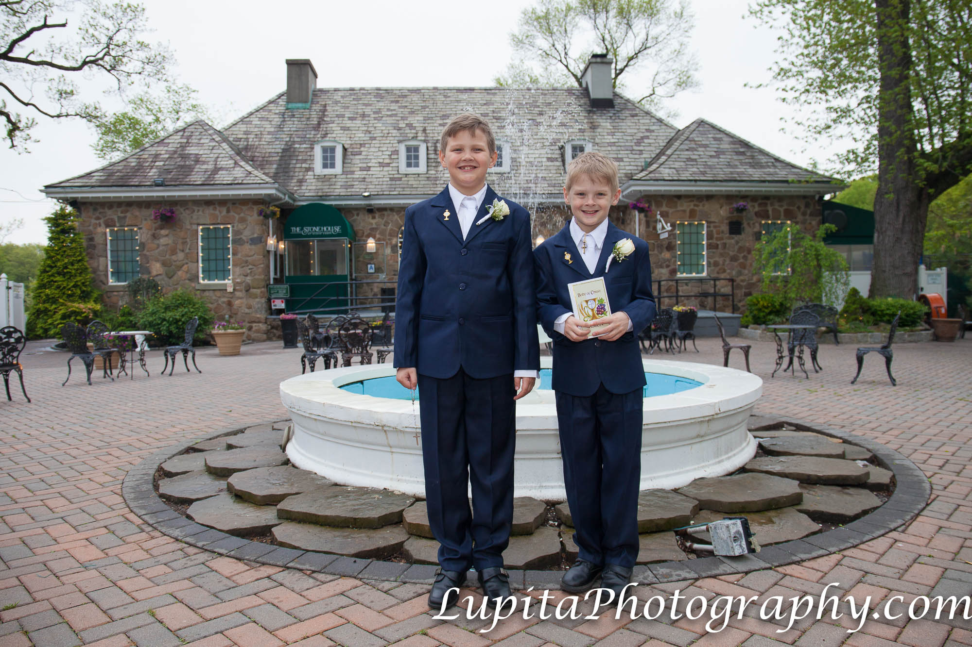 "Jack and Ryan celebrating their first communion at The Stone House at Clove Lakes in Staten Island, New York City. Jack y Ryan celebrando su primera comunión en la ""The Stone House"" en Clove Lakes en Staten Island, Ciudad de Nueva York."