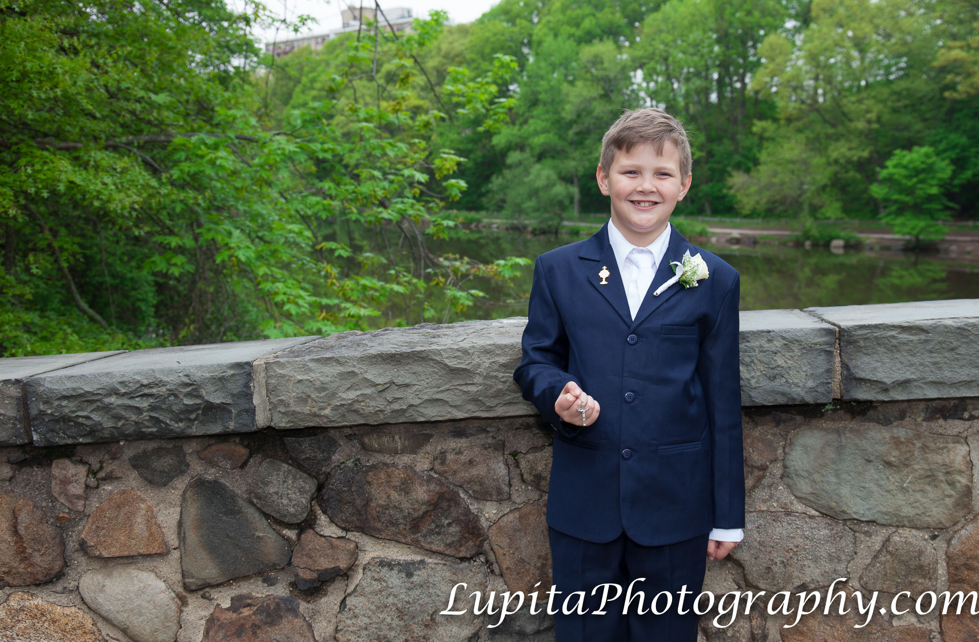 """Jack celebrating his first communion at The Stone House at Clove Lakes in Staten Island, New York City. Jack celebrando su primera comunión en la """"The Stone House"""" en Clove Lakes en Staten Island, Ciudad de Nueva York."""