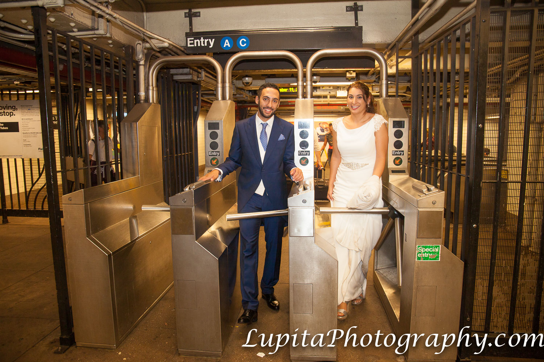 Pareja de España en el Metro/Tren/Subway en Brooklyn. Ciudad de Nueva York. Couple from Spain on the Subway/Metro/Train in Brooklyn. New York City.
