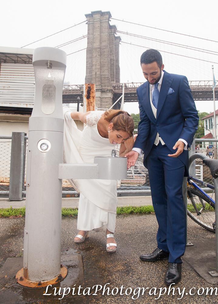 Pareja de España tomando agua en el Parque del Puente de Brooklyn. Ciudad de Nueva York. Couple from Spain drinking water at the Brooklyn Bridge Park. New York City.