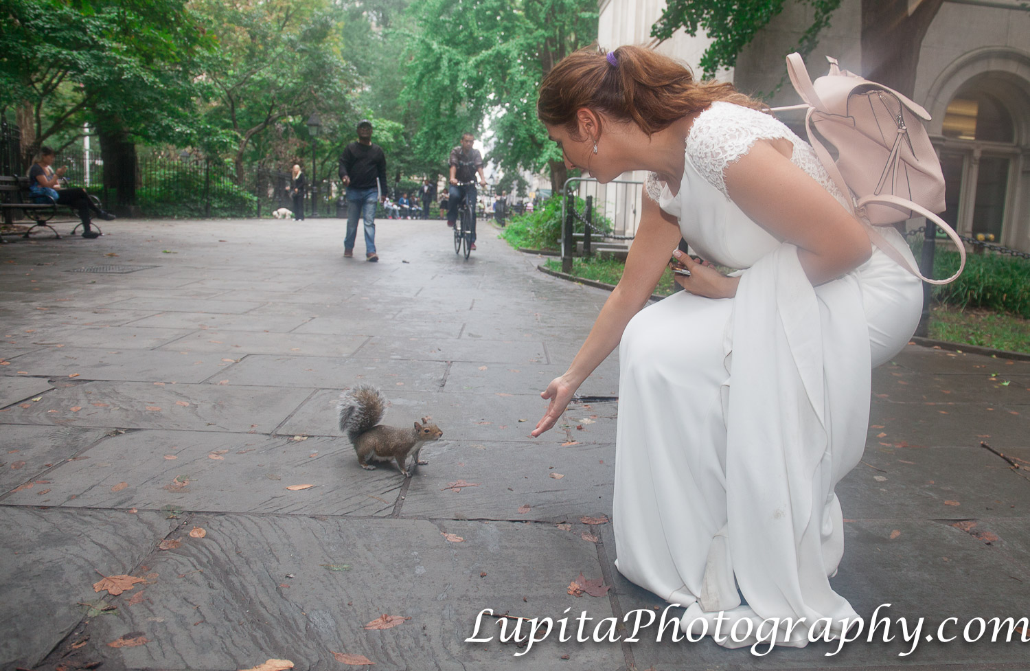 Pareja de España y una ardilla en un parque en Manhattan. Ciudad de Nueva York. Couple from Spain and a squirrel in a park in Manhattan. New York City.