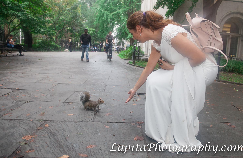 Pareja de España y una ardilla en un parque en Manhattan. Ciudad de Nueva York. Couple from Spain and a squirrel in a park in Manhattan. New York City.
