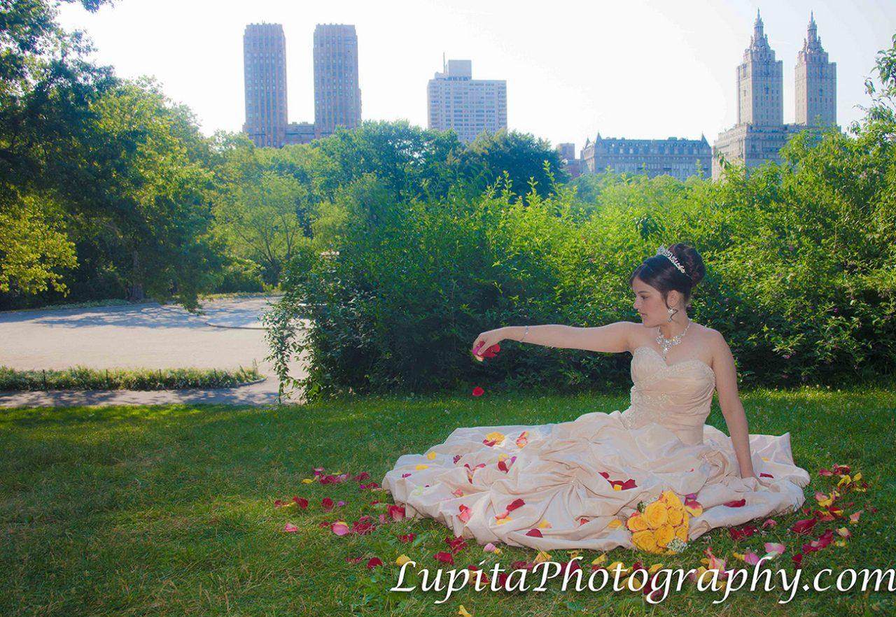 Chica Latina celebrando sus quinceaños en el Parque Central. Ciudad de Nueva York.
