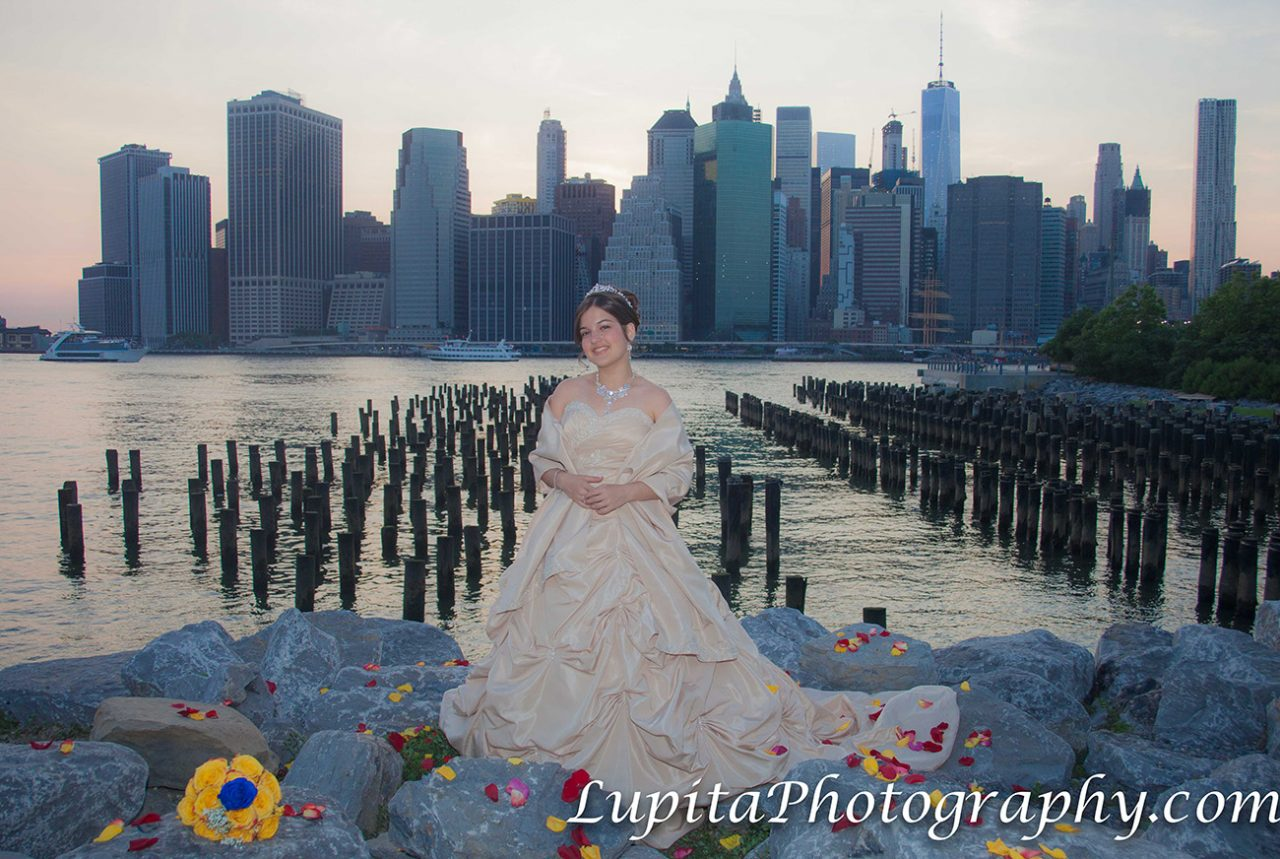 Chica Latina celebrando sus quinceaños en el Parque del Puente de Brooklyn. Ciudad de Nueva York.