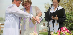 Same sex wedding. The religious ceremony - Pareja del mismo sexo. La ceremonia religiosa.