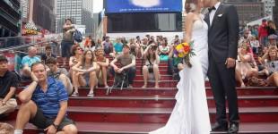 A couple from Spain in Times Square, New York City. Pareja de España en Times Square, Ciudad de Nueva York.