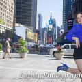 Chica Latina celebrando sus quinceaños en Times Square, Ciudad de Nueva York.