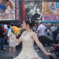 Chica Latina celebrando sus quinceaños en Times Square. Ciudad de Nueva York.