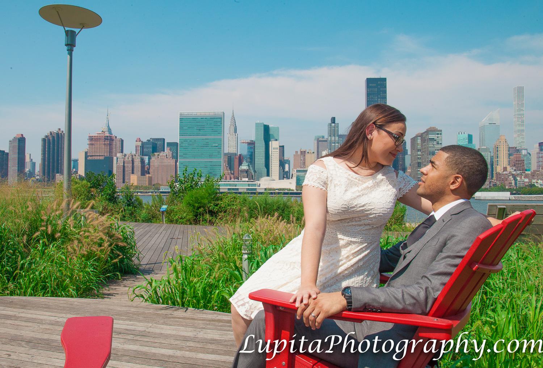 New York City - Couple celebrating their civil marriage. Ciudad de Nueva York - Pareja celebrando su matrimonio civil.