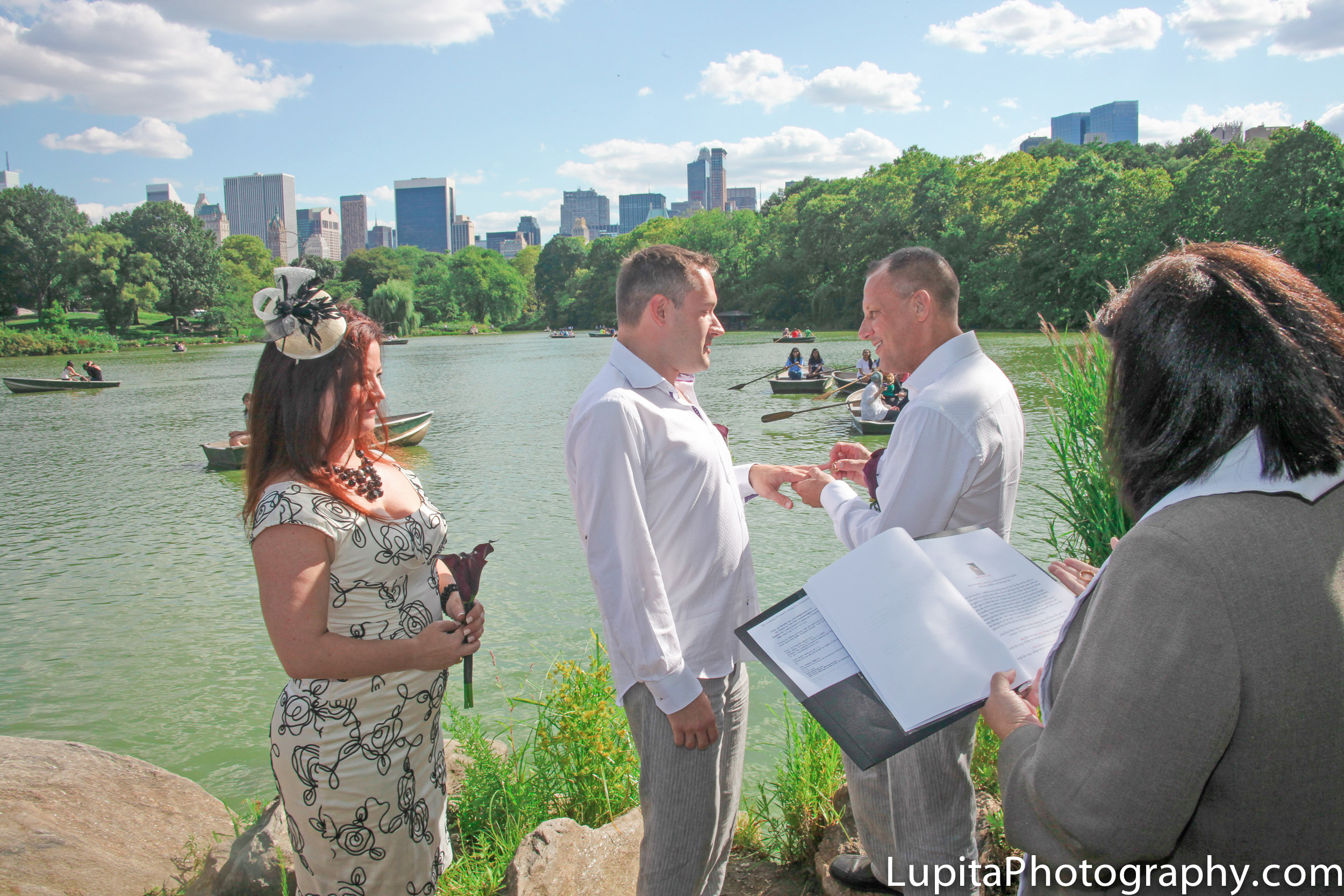 Ian and Peter on their wedding day in Central Park, New York City. Boda de Ian y Peter en Central Park, Nueva York.