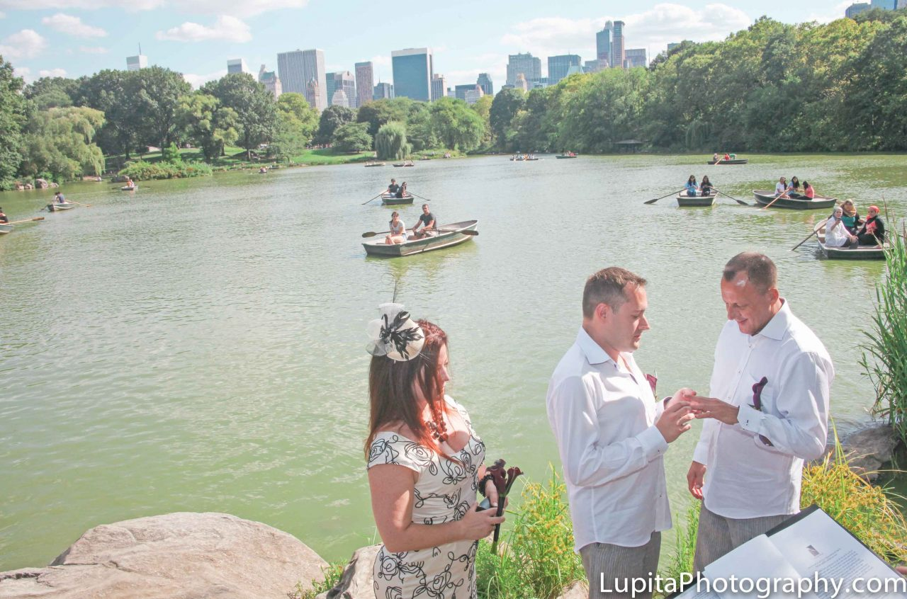 Ian and Peter on their wedding day in Central Park, New York City. Boda de Ian y Peter en el Parque Central. Ciudad de Nueva York.